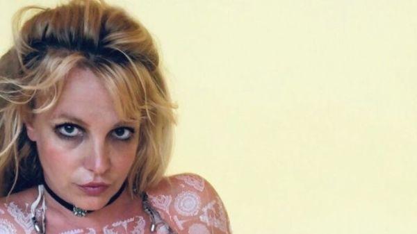 Britney Spears se tatua el cuerpo completo con signos extraños