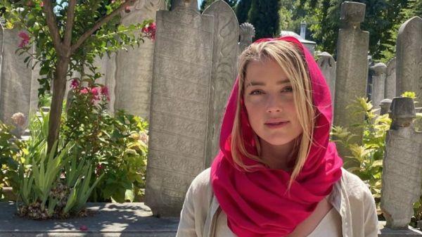 Amber Heard sin sostén recorre mezquita de Estambul