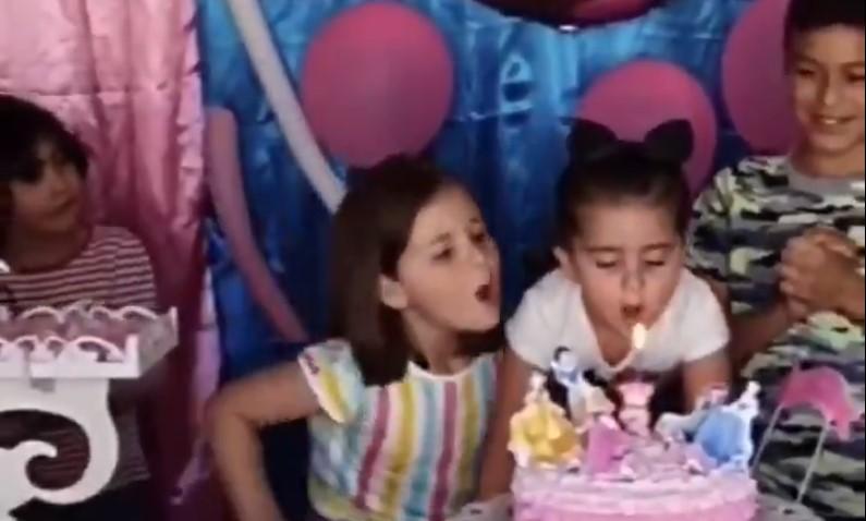 Niña golpea a su hermana por apagarle las velas en pastel de cumpleaños