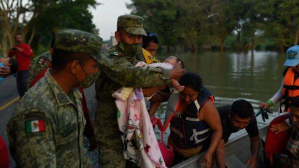 Evacuan a casi 10 mil personas por inundaciones en Tabasco